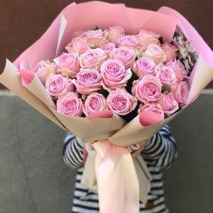 Букет 25 пионовидных розовых роз с оформлением R1248