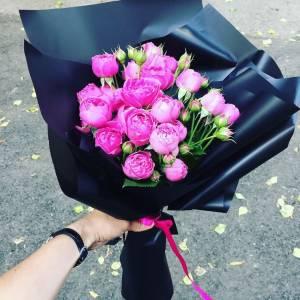 Букет 5 веток пионовидной розы в крафте R444