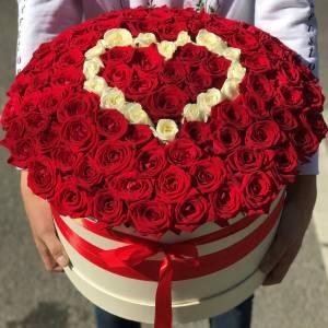 Композиция 101 роза в коробке с сердцем R888