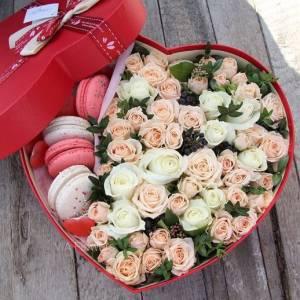 Коробка сердце с розами и макарунами R1084