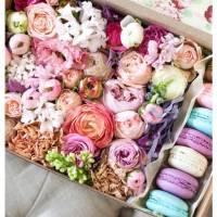 Коробка с цветами и макаронсами R223