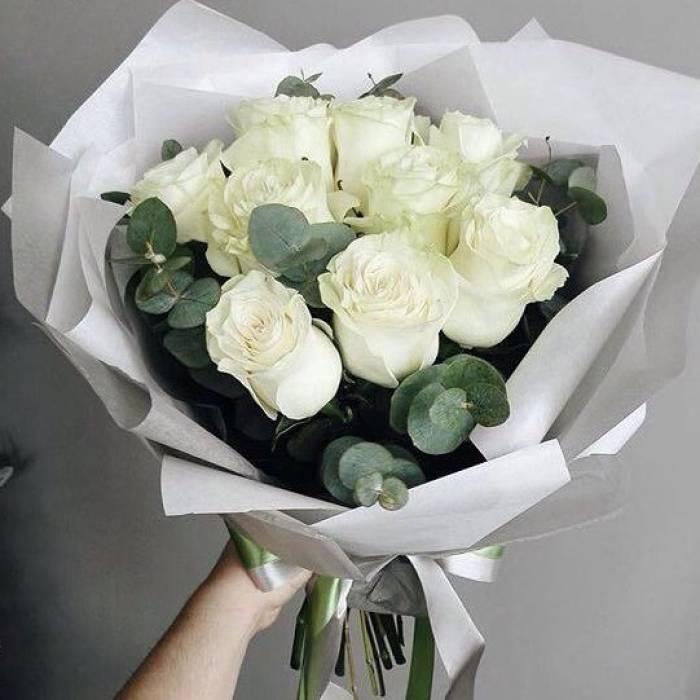 Букет 9 крупных белых роз в крафте R389