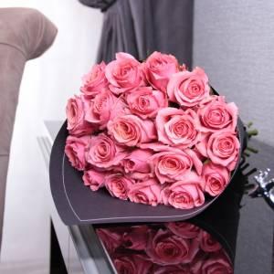 Букет 15 розовых роз в черном крафте R011
