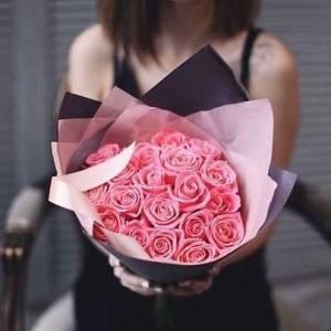Букет 17 розовых роз с упаковкой R013